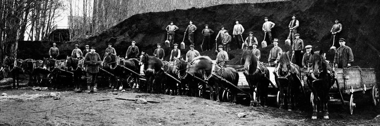 Kolkörare med hästar framför kolupplag och kolmagasin, 1900