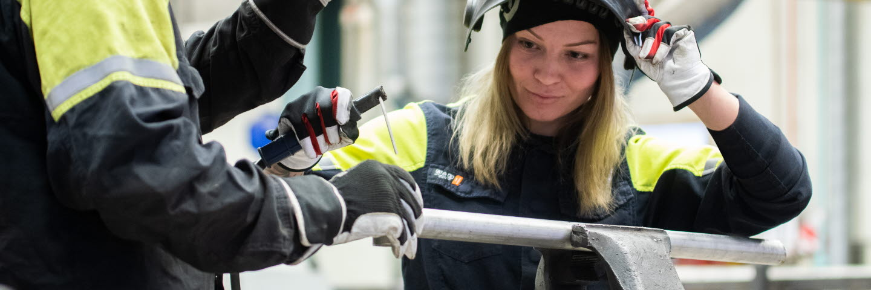 Peter Isaksson och Natalie Genberg utför underhållsarbete i centrala verkstaden, Munksunds pappersbruk.