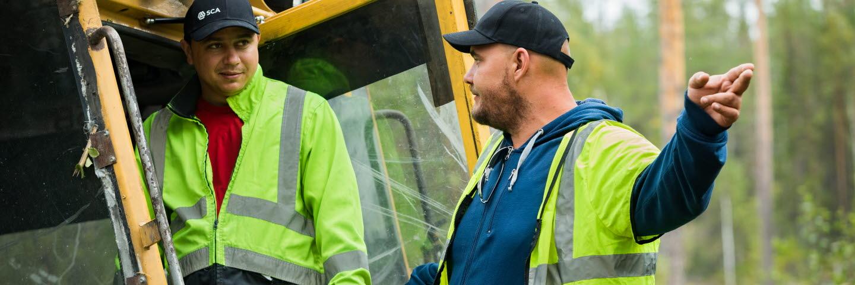 SCAs arbetsldare och föraren i markberedaren. Markberedning, förbereder marken inför plantering