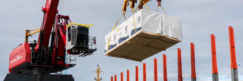 Lasning av trävaror på fartyg i Logistics Sundsvallsterminalen.