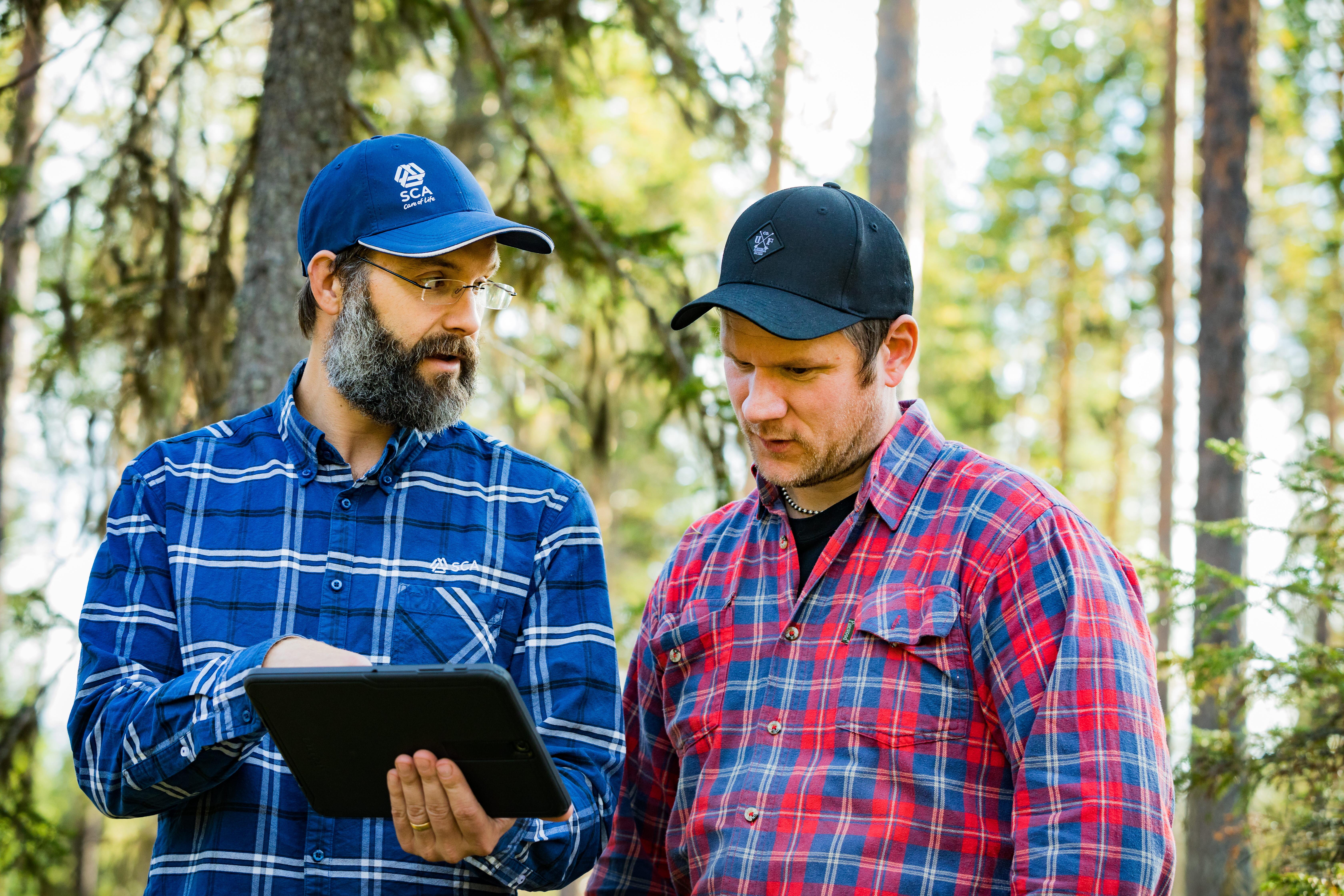 Karlolof Boman, virkesköpare i samspråk med Johannes Jonsson, skogsägare.