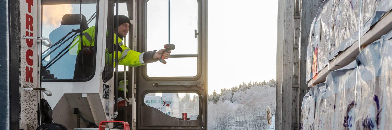 Andreas Hjortsberg, truckförare på Tunadals hyvleri och måleri skannar ett virkespaket.