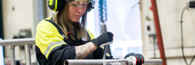 Natalie Genberg utför underhållsarbete i centrala verkstaden, Munksunds pappersbruk.