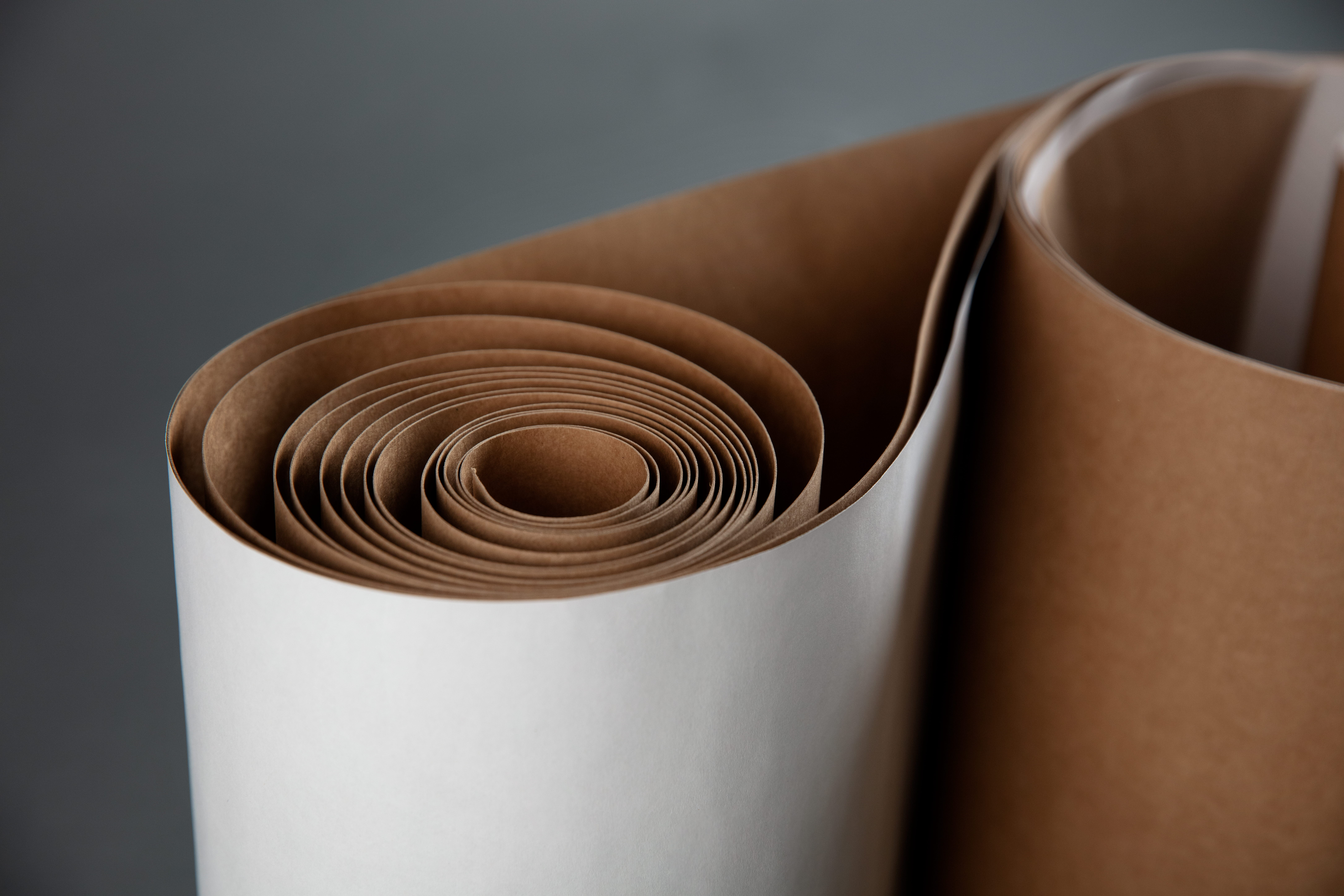 Rullad vit och brun kraftliner