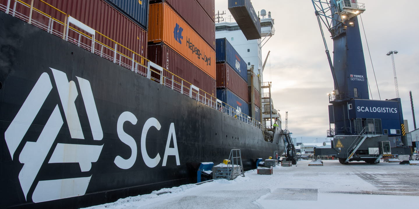 Lossning och lastning av containerfartyg.