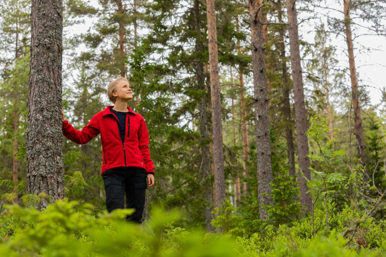 Mimmi Almqvist i skogen som