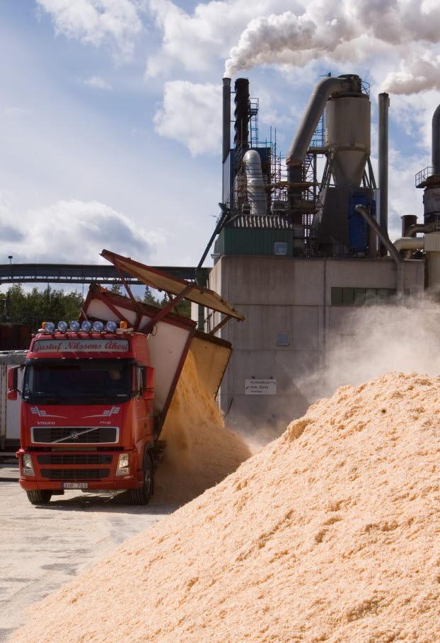 En lastbil levererar spån som är råvaran vid pelletstillverkningen. SCA BioNorr i Härnösand, SCA Skog, SCA Forest Products.